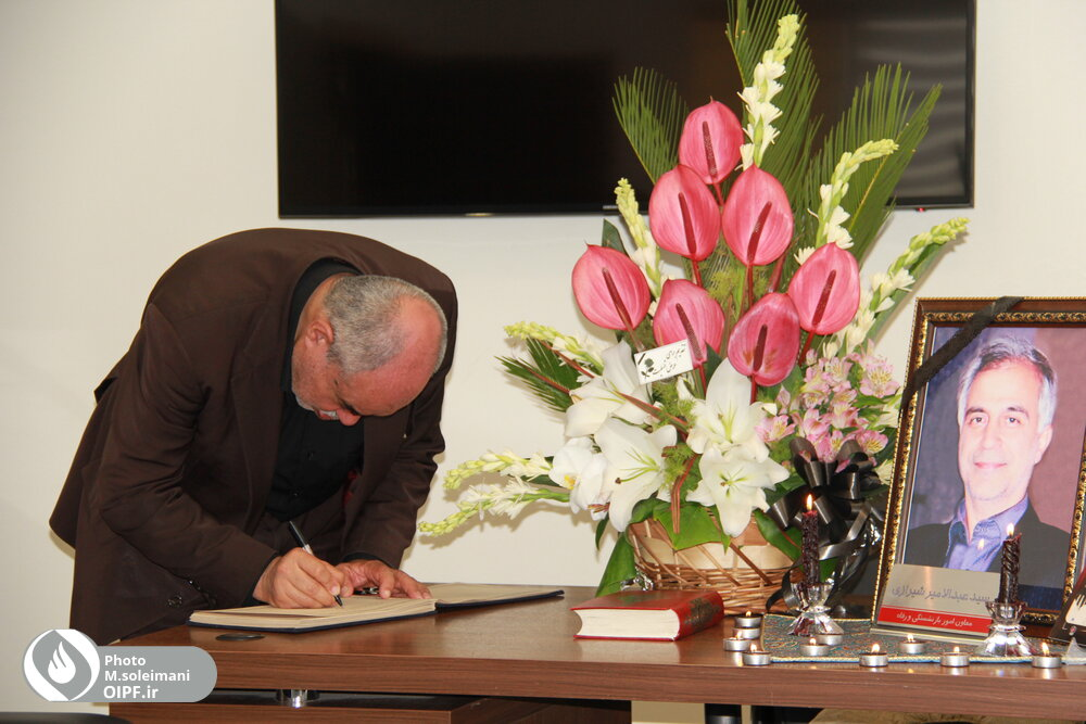 مهندس رحمتی دفتر یادبود زندهیاد جناب آقای شیرازی را امضا کرد