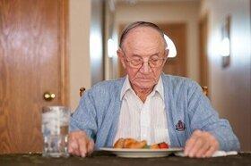 """سالمندان """"تنها"""" وضعیت تغذیه مناسبی ندارند"""